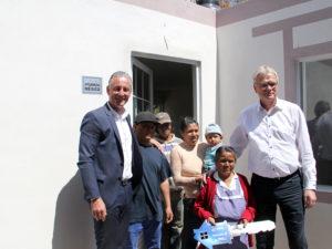 Sr Pierre Brudgam_vicepresidente ejecutivo de Compras VWM y Sr Andreas Hinrichs entregan una de las casas a las familias afectadas por el sismo de sptiembre 19